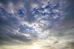 tramonto attraverso le nuvole