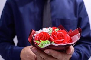uomo d'affari con bouquet foto