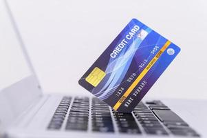 carta di credito blu sul computer portatile