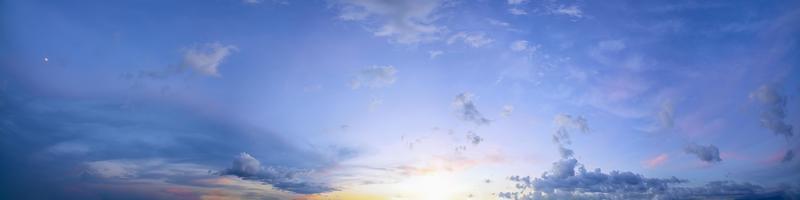 sole al tramonto e cielo blu