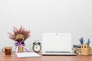 mock-up di laptop sulla scrivania