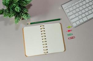 scrivania da ufficio con taccuino aperto