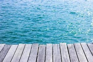 piano del tavolo in legno per la visualizzazione con acqua blu per lo sfondo