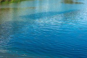 increspature blu dell'acqua nel lago foto