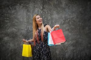 ritratto di una giovane donna sorridente felice con le borse della spesa