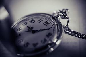 orologio da tasca vintage, simboli del tempo con copia spazio