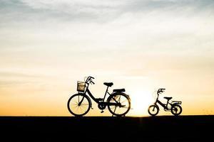 due biciclette silhouette vintage al tramonto foto