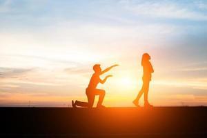 silhouette di una coppia sconvolta in una lite al tramonto foto