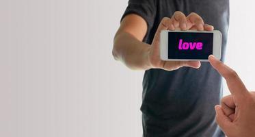 uomo che tiene il telefono con amore sullo schermo