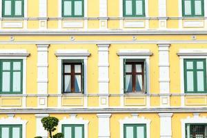 finestre di un edificio giallo