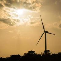 turbina eolica al tramonto