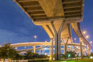 Bhumibol Bridge a Bangkok di notte