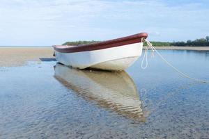 piccola barca sulla spiaggia