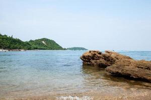 rocce in spiaggia in thailandia foto