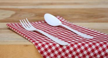 forchetta e cucchiaio sul panno rosso