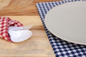 piatto grigio su tela