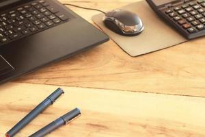 scrivania da ufficio con laptop