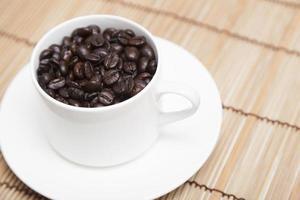 chicchi di caffè tostati in una tazza