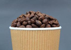 chicchi di caffè in tazza