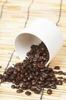tazza di caffè bianco con chicchi di caffè