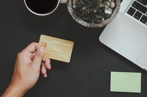 persona in possesso di carta di credito, vista dall'alto foto