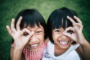 due bambine che si divertono a giocare nel parco