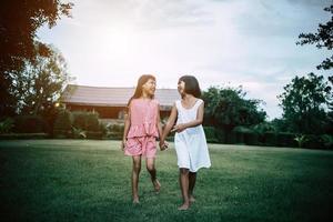 due bambine che si divertono a giocare nel parco foto