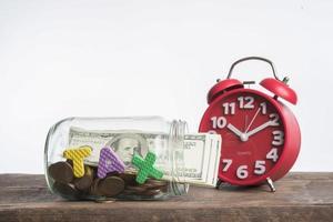tassa di parola con monete isolate su sfondo bianco foto