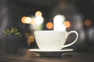 foto effetto stile vintage di una tazza di caffè in un caffè