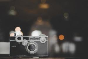 fotocamera vintage o retrò su un tavolo di legno in un bar