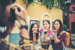 gruppo di amici felici che prendono selfie insieme in un'area urbana foto