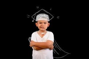 giovane ragazzo che mostra il numero 1 su una lavagna