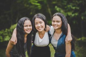 amici adolescenti felici che sorridono all'aperto in un parco foto
