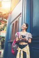 ritratto di una donna piuttosto giovane hipster, divertendosi in città foto