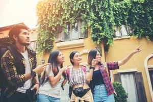 gruppo di amici riuniti nel centro della città foto