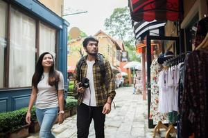 coppia felice che cammina in un'area urbana foto