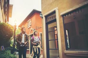coppia di giovani turisti che camminano in città godendo le vacanze insieme foto