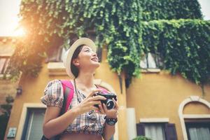 donna giovane hipster godendo di scattare una foto nel contesto urbano