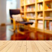 tavolo in libreria foto