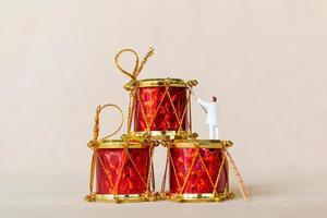 figure in miniatura di una squadra che lavora alle decorazioni natalizie