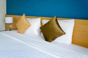 cuscini su un letto d'albergo