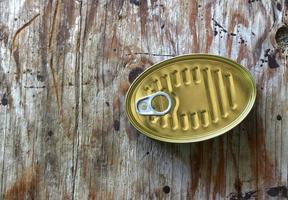 lattina di metallo su legno foto