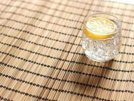 bicchiere d'acqua sul tavolo