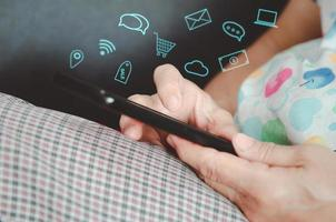 mano che tiene smartphone con icone
