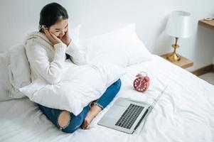 una giovane donna che gioca felicemente sul suo laptop