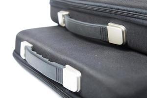 valigette nere su sfondo bianco