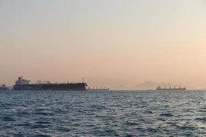 grandi navi da carico sul mare