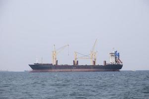 grande nave da carico sul mare