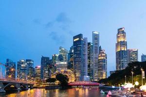 skyline della città di Singapore di notte