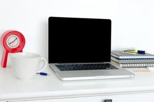 portatile sulla scrivania bianca